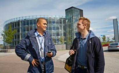 Facility Management Mitarbeiter vor dem Firmengebäude