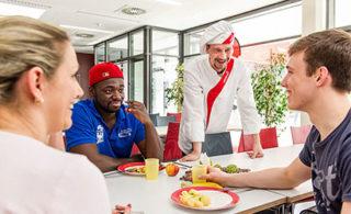 Mittagspausensituation mit 4 Personen an einem Tisch