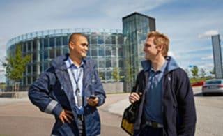 Facility Management Mitarbeiter vor dem Geschäftsgebäude
